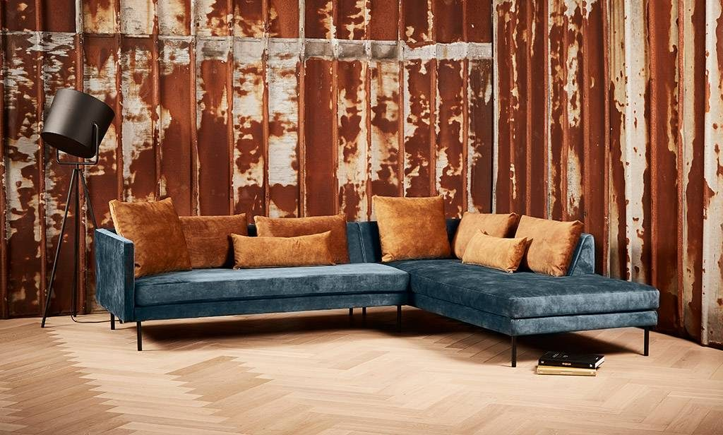Riposo a nice high sofa that can be expanded from 2 people to 3. A nice blue nuanced color as a base, with golden cushions as contrast. An elegant and comfortable sofa from SAXO Living